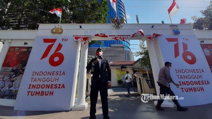 Tak Perlu Jauh-Jauh ke Jakarta, Gerbang Istana Merdeka Kini Berdiri di Mapolsek Sukolilo Surabaya