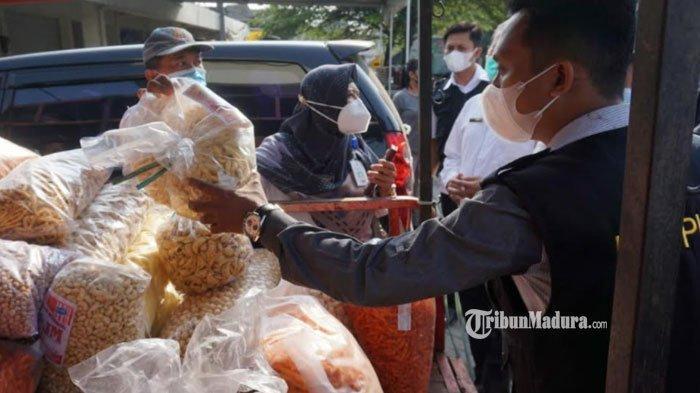 Berdampak Buruk Bagi Kesehatan, Makanan Kedaluwarsa Masih Ditemukan di Mojokerto Jelang Lebaran 2021