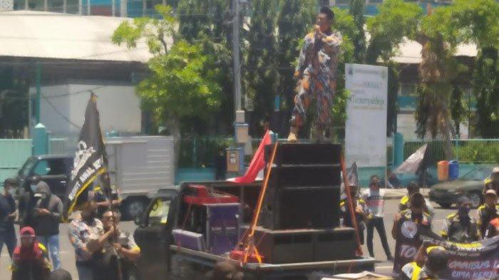BREAKING NEWS - Unjuk Rasa Penolakan UU Cipta Kerja Kembali Digelar di Depan Gedung DPRD Jatim