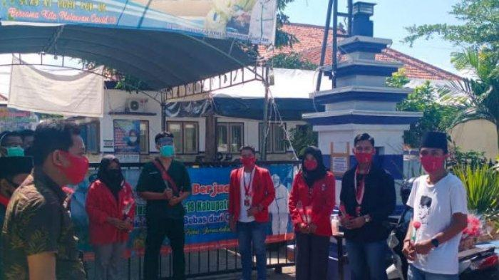 Dukung Tim Gugus Tugas Covid-19 yang Lawan Corona, GMNI Sampang Madura Beri Setangkai Bunga Mawar