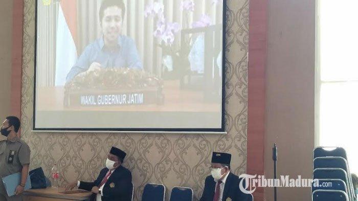 Wakil Gubernur Jatim Menyapa Mahasiswa Baru Universitas Trunojoyo Madura Secara Virtual saat PKKMB