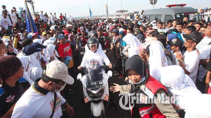 Gubernur Khofifah Bersama Arumi Bachsin Boncengan Motor, Meriahkan Millenial Road Safety Festival