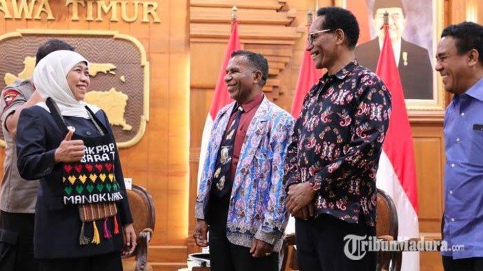Pendeta Papua Datang ke Grahadi Temui Gubernur Jatim Khofifah, Berikan Noken dan Gelar Mama Papua
