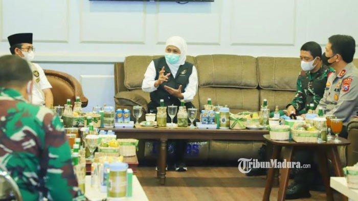 Gubernur Jawa Timur Khofifah Indar Parawansa menggelar rakor bersama TNI Polri dan juga Pemkab Bangkalan di Pemkab Bangkalan untuk merumuskan penanganan lonjakan kasus covid-19 di Kabupaten Bangkalan, Rabu (9/6/2021).