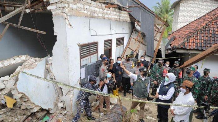 Gubernur Khofifah Serahkan Santunan untuk Korban Longsor di Pondok Pesantren An-Nidhomiyah Pamekasan