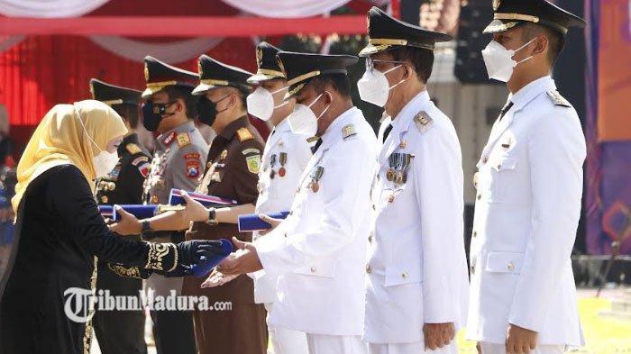 Gubernur Khofifah Berikan Lencana Jer Basuki Mawa Beya Emas di HUT Provinsi Jatim ke 76