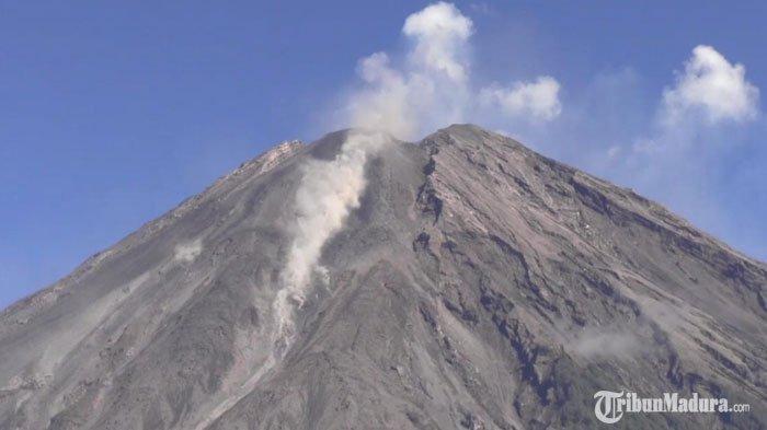 Gunung Semeru muntahkan lava pijar, Sabtu pagi (28/11/2020).