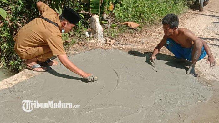 Sekdes Desa Rek Kerrek, Pamekasan Turun Langsung Perbaiki Jembatan yang Retak Bersama Warga