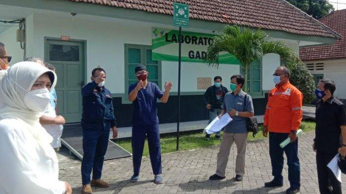 Sekretaris Daerah Provinsi Jawa Timur, Heru Tjahjono meninjau langsung Rumah Sakit Lapangan Covid-19 di dalam Politeknik Kesehatan Malang (Polkesma) Jalan Simpang Balapan Kota Malang, Selasa (1/12).
