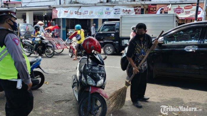 Ratusan Orang di Jember Disanksi Kerja Sosial Menyapu Jalan selama 1 Jam Karena Tak Pakai Masker