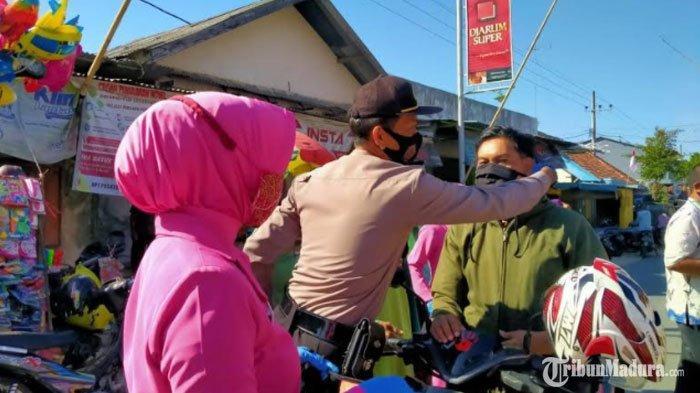 DukungGerakan Jatim Bermasker,Ibu BhayangkariLarangan Pamekasan Bagikan Ratusan Masker ke Warga