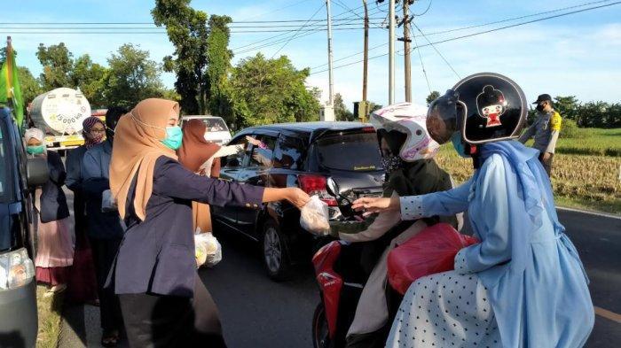 IKMADA Pamekasan Bagi-Bagi 1000 Takjil Gratis untuk Pengendara, Berbagi Berkah di Bulan Ramadan 2021
