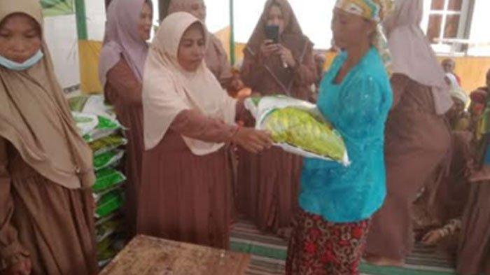 IKSADAM Desa Kombang Talango Bagikan 141 Paket Beras Bagi Fakir Miskin