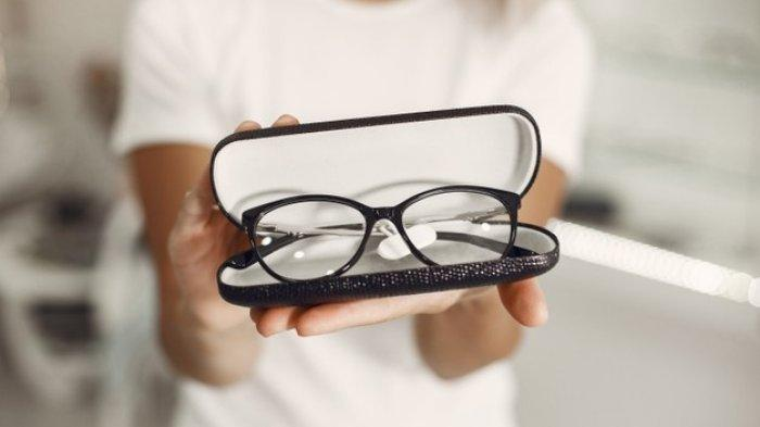 BUKTI Pakai Kacamata Perkecil Risiko Kena Covid-19, Alasan Diungkap Pakar: Tak Semudah itu Menyentuh