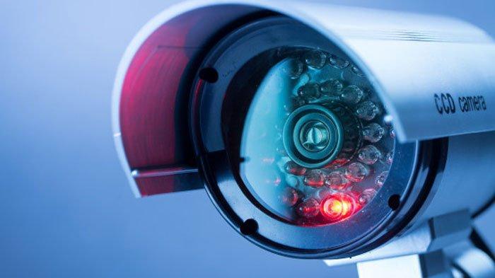 Terekam CCTV, Aksi Dua Maling Tak Sampai 1 Menit Gasak Motor Korban yang Sudah Dikunci Stang