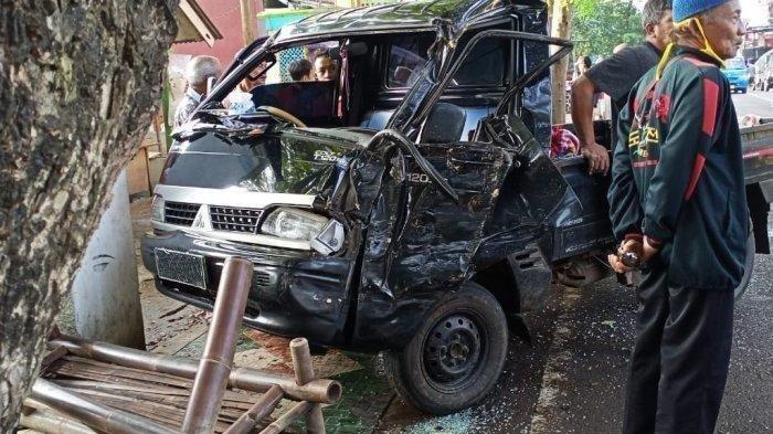 Dua Penumpang Tewas Usai Kecelakaan Maut, Mobil Carry Senggol SuzukiCarry Lain dan Menabrak Pohon