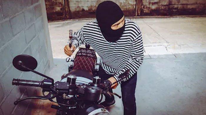 Maling Beraksi di Masjid, Sasar Motor Honda Vario yang Diparkir Pemilik, CCTV Rekam Aksi Pelaku