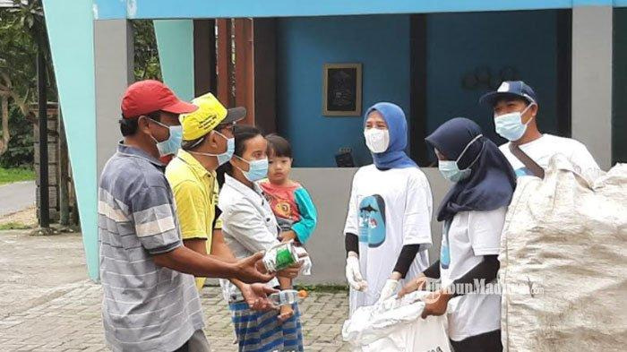Suami Terpilih Jadi Bupati, Nurul Haromaini Tak Sungkan Masuk ke Warung Kumpulkan Sampah Plastik