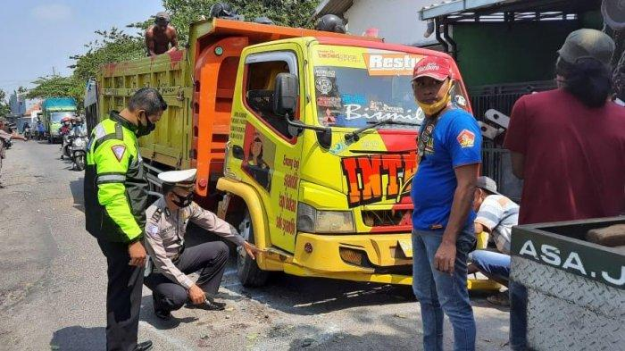 Hendak Menyalip, Pengendara Motor Tewas Setelah Terpeleset dan Tabrak Dump Truk di Wonoayu Sidoarjo