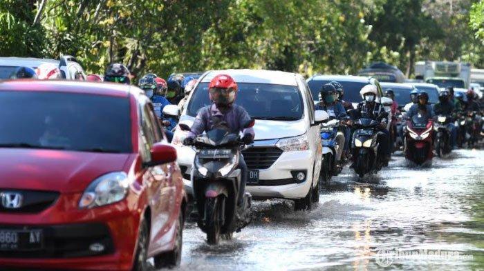 Ruas Jalan Ahmad Yani Surabaya Tergenang Air, Arus Lalu Lintas ke Arah Sidoarjo Sempat Tersendat