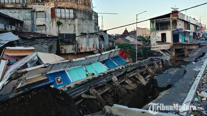 Detik-Detik Jalan Nasional diJember Ambles, Ada Suara Aneh Terdengar sebelum Bagunan Toko Roboh