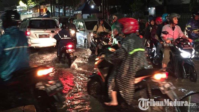 Ruas Jalan di Kota Surabaya Terendam Banjir hingga Picu Kemacetan setelah Hujan Deras Mengguyur