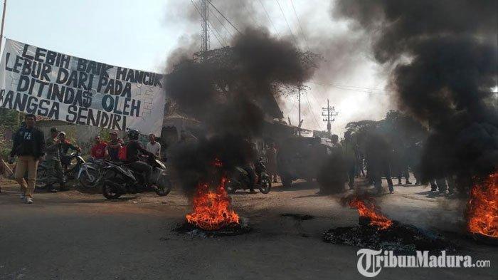 Jalan Bangil-Pandaan Lumpuh Total,Ratusan Warga Desa Baujeng Blokir Jalan dengan Bakar Ban
