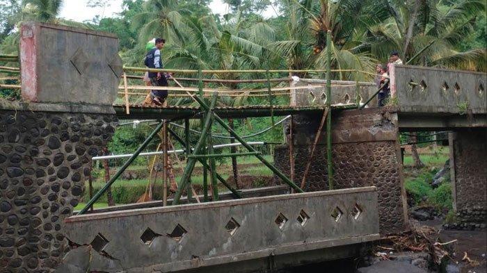 Jembatan Penghubung Dua Kecamatan di Jember Ambruk Akibat Diterjang Hujan,R4 Dilarang Melintas
