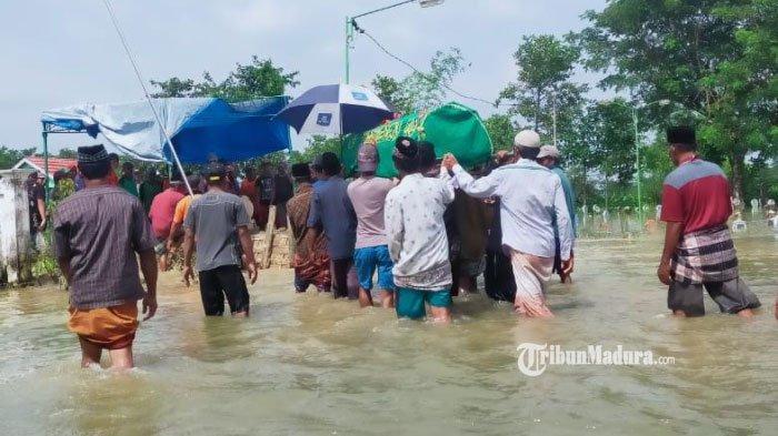 Warga Lamongan Meninggal Digigit Ular, Jenazahnya Diantar Warga saat Banjir, Makamnya Kebanjiran