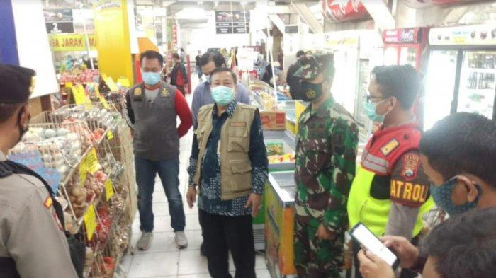 Sidak Mall hingga Pasar Pakai Megaphone, Petugas Diskoperindag Gresik Imbau Pengunjung Patuhi Prokes