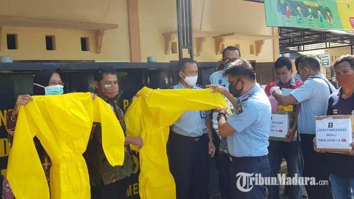 Kepala Lapas Klas IIA Pamekasan Berikan Bantuan APD Baju Hazmat untuk Tenaga Medis Tangani Covid-19