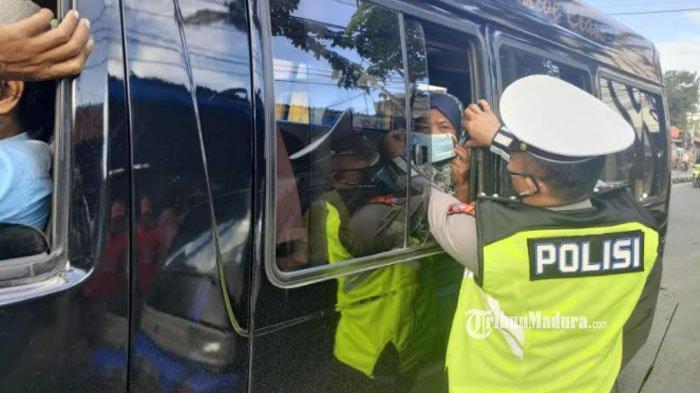 Kisah Polisi di Sampang Sisihkan Uang Gaji untuk Berbagi Masker Gratis ke Sopir dan Penumpang