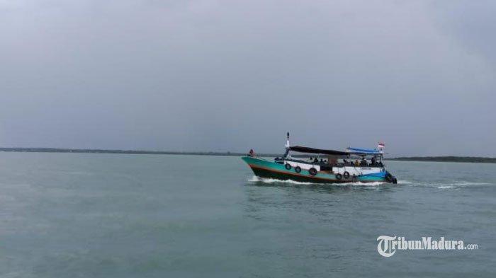 Polairud Polres Sampang Sosialisasi Pentingnya Kesadaran Keselamatan Penumpang di Pelabuhan Tanglok