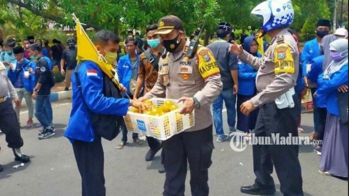 Kapolres Bangkalan Turun ke Jalan Bagikan Jeruk untuk Mahasiswa Pendemo Omnibus Law UU Cipta Kerja
