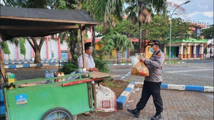 Kapolres Bangkalan Bagikan Sembako ke Pengayuh Becak dan PKL di Tengah Wabah Virus Corona