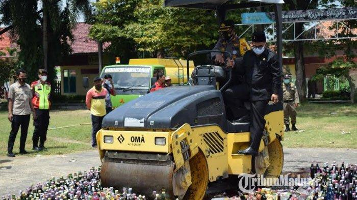 Hasil Operasi Penindakan Polres Pamekasan, 2.670 Botol Miras Digilas Alat Berat Tandem Roller Mini
