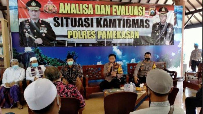 Kapolres Pamekasan, AKBP Apip Ginanjar saat memberikan sambutan dalam acara Deklarasi Anti Anarkisme di Joglo Mapolres setempat, Jumat (16/10/20202).