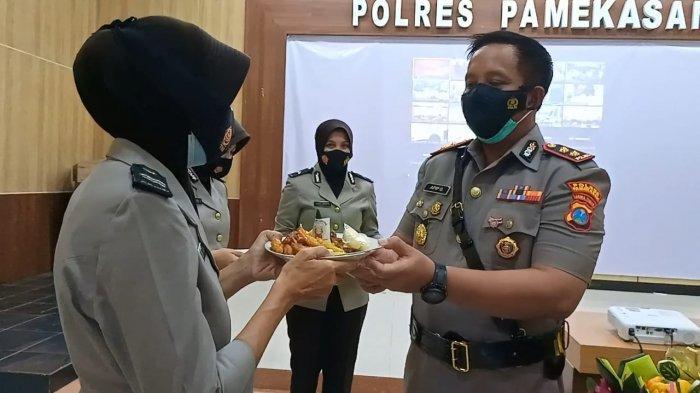 Kapolres Pamekasan, AKBP Apip Ginanjar saat memotong tumpeng di Hari Jadi Polwan RI ke-73 tahun 2021 di Gedung Bhayangkara, Kamis (2/9/2021).