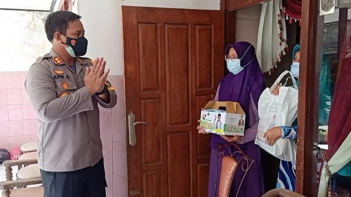 Kapolres Pamekasan Antarkan Bantuan Paket Sembako dan Suplemen untuk Warga yang Isolasi Mandiri