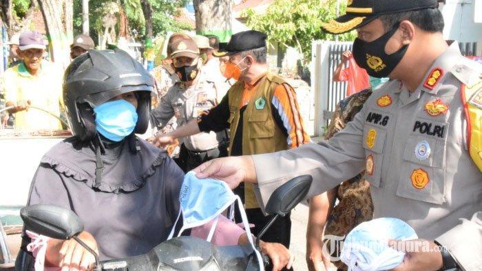 Jalani Instruksi Kapolri, Kapolres Pamekasan dan Forkopimda Bagikan Ribuan Masker di Jalan Jokotole