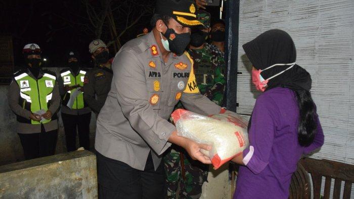 Gelar Patroli Gabungan, Polres Pamekasan Bagikan Bantuan Sosial ke Masyarakat Terdampak PPKM Level 3