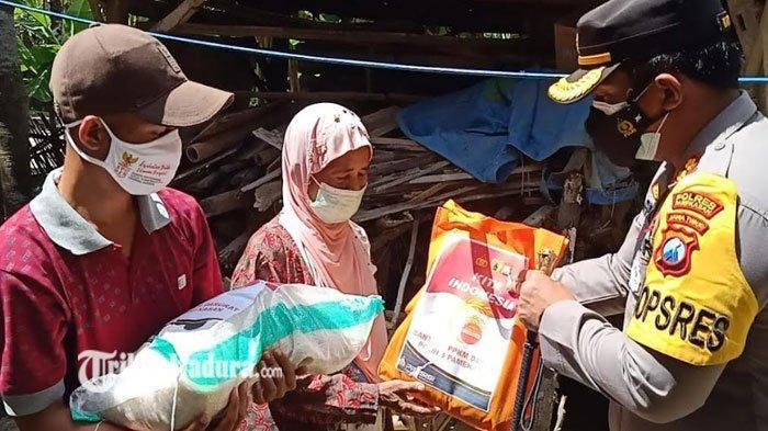 Kapolres Pamekasan Bagikan Bantuan Sembako ke Rumah Warga, Terus Diberikan Selama PPKM Darurat