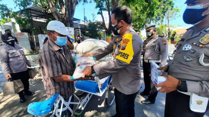 Kapolres Pamekasan, AKBP Apip Ginanjar saat membagikan nasi kota dan sembako gratis ke Abang tukang becak di Jalan Stadion, Jumat (16/7/2021).