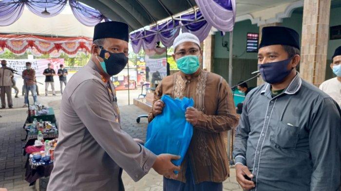 Kapolres Pamekasan Cek Vaksinasi Merdeka di Ponpes Asy Syafiiah, Warga yang Vaksin Dapat Sembako