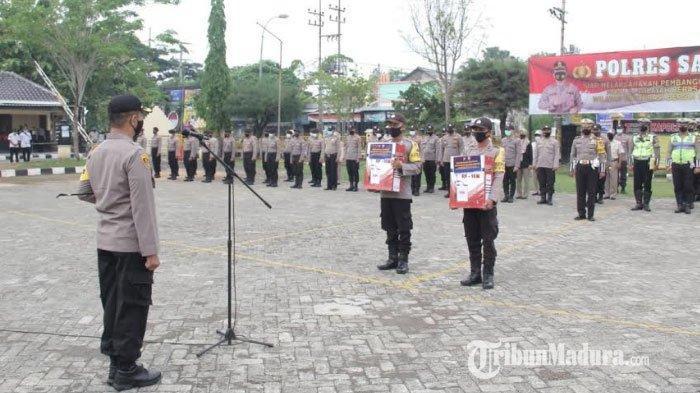 Kapolres Sampang AKBP Abdul Hafidz saat menyerahkan peralatan pencegahan Covid-19 secara simbolis kepada perwakilan Bhabinkamtibmas Polsek jajaran se Kabupaten Sampang, Selasa (1/11/2020).