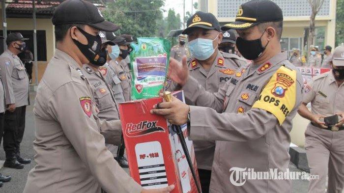 Upaya Pencegahan Covid-19 Digenjot, Polres Sampang Bagikan Alat Semprot Disinfektan ke Takmir Masjid
