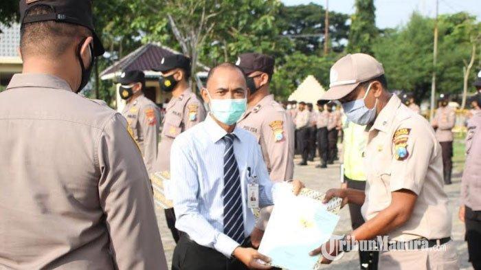 Kapolres Sampang AKBP Abdul Hafidz Serahkan 11 Sertifikat Rumah di Perumahan Griya Bhayangkara