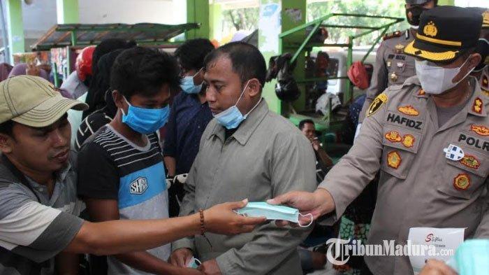 Kapolres Sampang Bagikan 15 Ribu Masker pada Pengunjung Pasar Srimangunan, Cegah Penularan Covid-19
