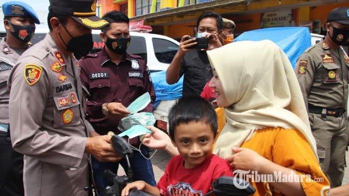 Cegah Penularan Covid-19, Polisi Sumenep Bagikan Masker di Pasar Anom Baru & Terminal Arya Wiraraja