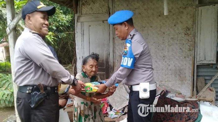 Program STMJ Peduli Kaum Dhuafa, Kapolsek Pademawu Pamekasan Berikan Sembako Kepada Janda Tua